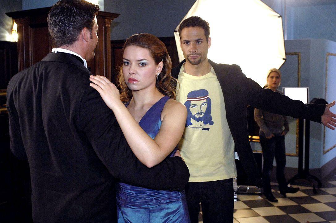 Bei einem großen Shooting widersetzt Katja (Karolina Lodyga, M.) sich Jannicks (Mike Adler, r.) Anweisungen und fasst einen intriganten Plan. - Bildquelle: Oliver Ziebe Sat.1