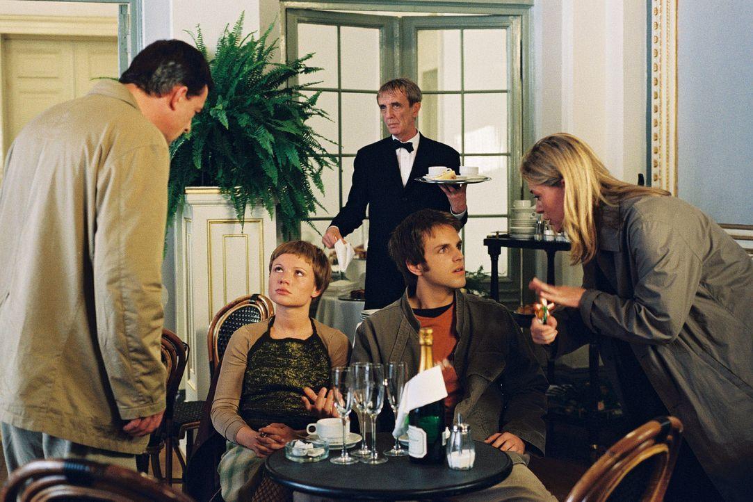 Jettes (Barbara Rudnik, r.) Sohn Bennie (Maximilian Haas, 2.v.r.) hat sich in Marios (Thomas Sarbacher, l.) Tochter Maria (Daniela Preuß, 2.v.l.) ve... - Bildquelle: Krumwiede Sat.1