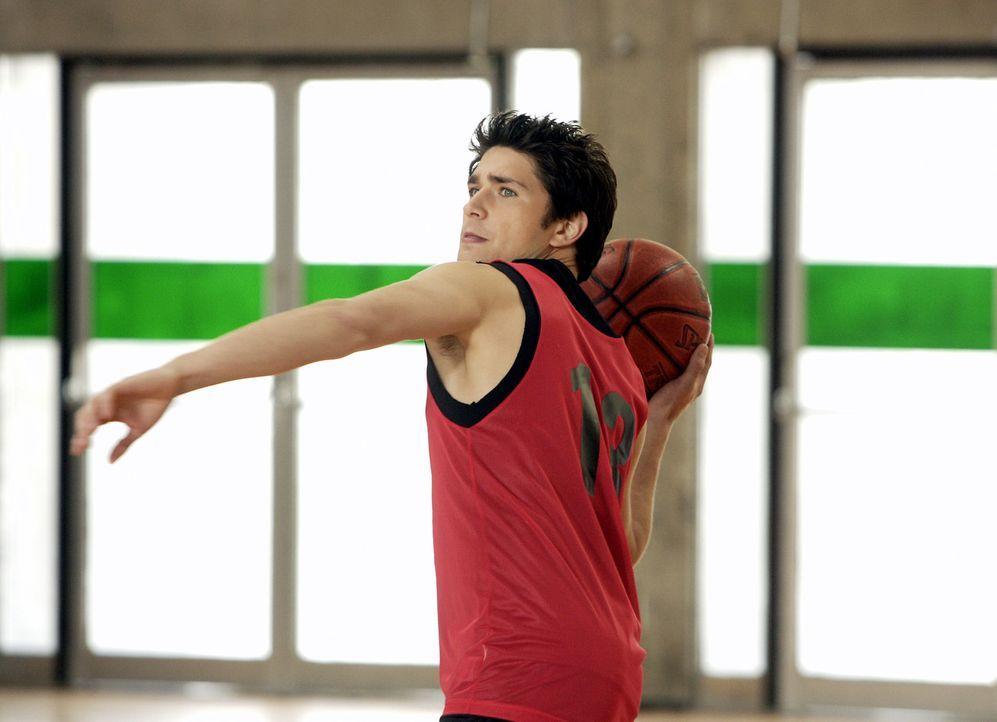 Kyle (Matt Dallas) ist der geborene Basketballspieler ... - Bildquelle: TOUCHSTONE TELEVISION