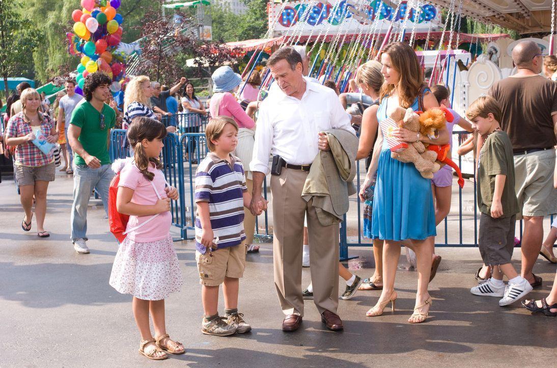 Eine glückliche Familie? Vicki (Kelly Preston, r.), Emily (Ella Bleu Travolta, l.), Zach (Conner Rayburn, 2.v.l.) und Dan (Robin Williams, 2.v.r.)... - Bildquelle: Walt Disney Pictures.  All rights reserved