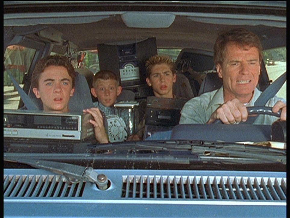 (v.r.n.l.) Hal (Bryan Cranston) versucht mit Reese (Justin Berfield), Dewey (Erik Per Sullivan) und Malcolm (Frankie Muniz), die getauschten Spenden... - Bildquelle: TM +   Twentieth Century Fox Film Corporation. All Rights Reserved.