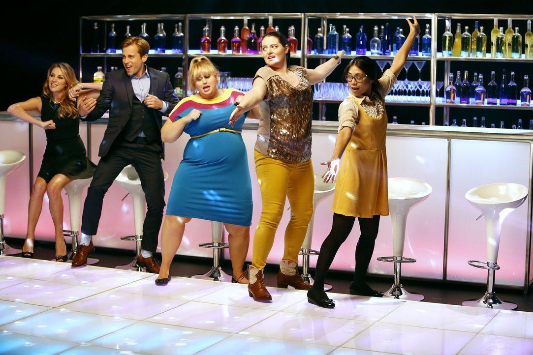 (1. Staffel) - Geben jeden Freitag Vollgas: Kimmie (Rebel Wilson, M.), Marika (Lauren Ash, 2.v.r.) und Helen-Alice (Liza Lapira, r.). Mit im Schlepp... - Bildquelle: Warner Brothers