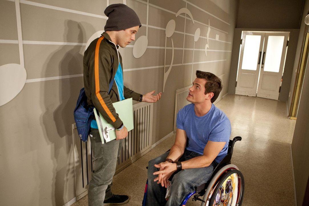 Timo (Rocco Stark, r.) vertraut Bodo (Frank Ziegler, l.) an, dass er sich der gefährlichen OP unterziehen will, um endlich wieder laufen zu können... - Bildquelle: SAT.1