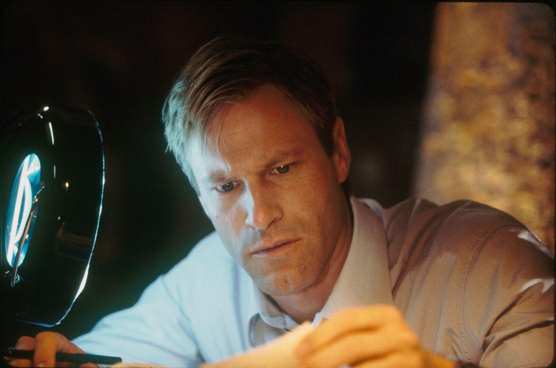 Eine scheinbar wahllos verübte Mordserie verunsichert Amerikas Mittelwesten. Der junge FBI-Agenten Thomas Mackelway (Aaron Eckhart) erkennt schon ba... - Bildquelle: 2006 Sony Pictures Television International