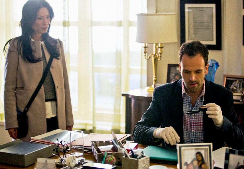 Ermitteln in einem neuen Fall: Sherlock Holmes (Jonny Lee Miller, r.) und Dr. Joan Watson (Lucy Liu, l.) ... - Bildquelle: Tom Concordia CBS Television