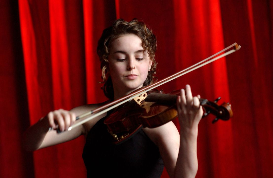 Mit Hingabe spielt die erst 14-jährige Natasha Tzetcovich (Elizabeth Rice) die Violine. - Bildquelle: Warner Bros. Entertainment Inc.