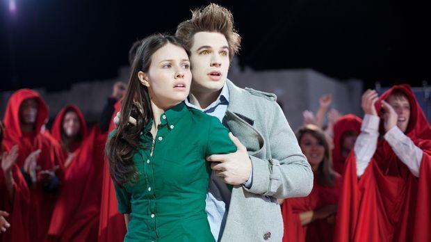 Liebe ist - sich von ihm beißen zu lassen: Becca (Jenn Proske, l.) und Edward...