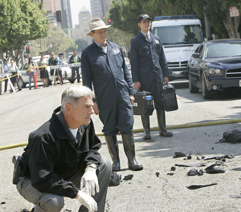 Gibbs (Mark Harmon, l.), Ducky (David McCallum, M.) und Jimmy (Brian Dietzen, r.) untersuchen den Tatort nach Spuren ... - Bildquelle: CBS Television