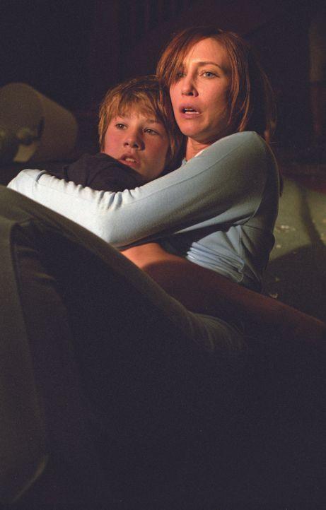 Schon bald sind Teresa (Vera Farmiga, r.) und Nick (Alex Neuberger, l.) im Visier hemmungsloser Killer ...