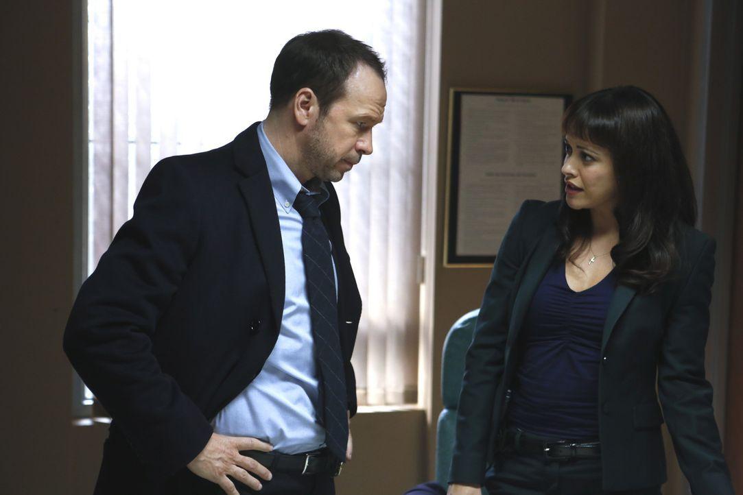 Danny (Donnie Wahlberg, l.) und Baez (Marisa Ramirez, r.) untersuchen den Mord an einem Restaurantangestellten. Bald stellt sich heraus, dass Baez'... - Bildquelle: 2013 CBS Broadcasting Inc. All Rights Reserved.