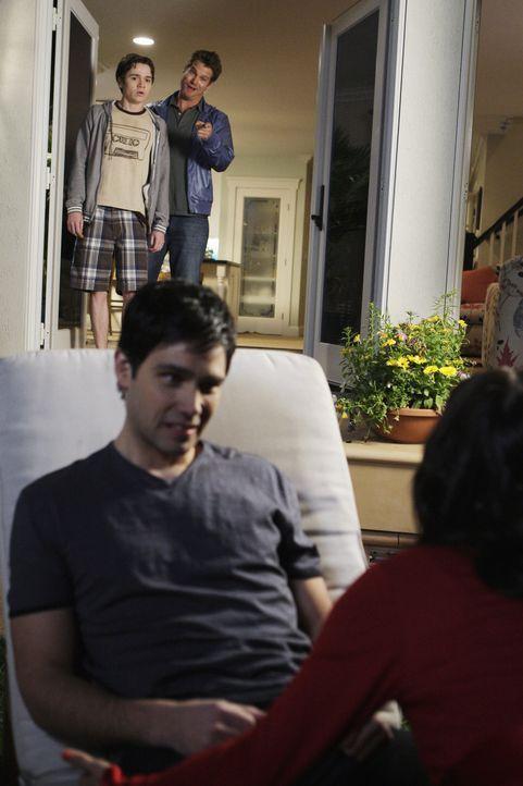 Gerade als es sich Jules (Courteney Cox, vorne r.) mit ihrem jungen Lover Matt (David Clayton Rogers, vorne l.) am Pool gemütlich machen möchte, t... - Bildquelle: 2009 ABC INC.