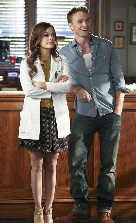 Wade (Wilson Bethel, r.) hasst es, dass er Zoe (Rachel Bilson, l.) so selten für sich alleine hat und immer wieder kommt etwas angeblich ganz wichti... - Bildquelle: Warner Bros.