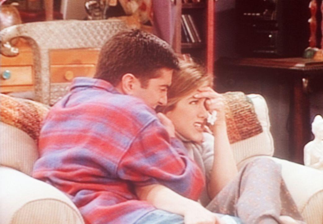 Ross (David Schwimmer, l.) und Rachel (Jennifer Aniston, r.) sehen sich gemeinsam einen dramatischen Film im Fernsehen an. - Bildquelle: TM+  2000 WARNER BROS.