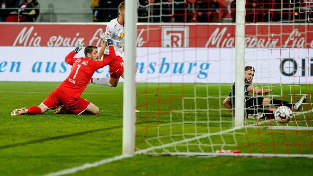 Kölns Torjäger Simon Terodde (re.) erzielt seinen nächsten Saisontreffer in ... - Bildquelle: Imago