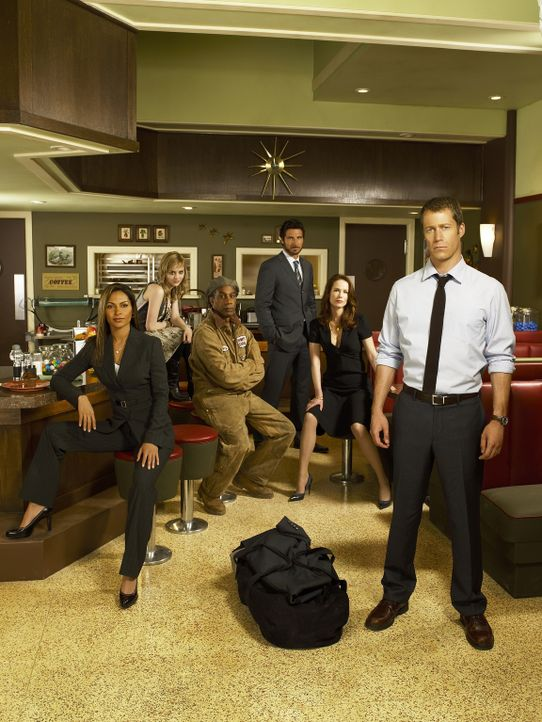 (1. Staffel) - Eureka: Jack Carter (Colin Ferguson, r.), Allison Blake (Salli Richardson, l.), Beverly Barlowe (Debrah Farentino, 2.v.r.), Henry Dea... - Bildquelle: Universal Television
