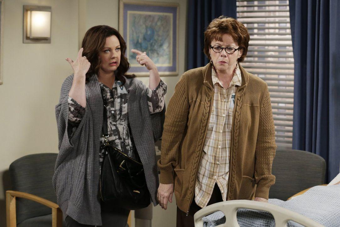 Als Peggy (Rondi Reed, r.) nach einer Auseinandersetzung mit Molly (Melissa McCarthy, l.) zusammenbricht, macht Mike seine Frau dafür verantwortlich... - Bildquelle: Warner Brothers