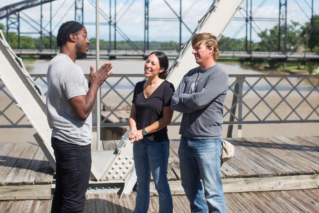 Gemeinsam mit Robert Griffin III (l.) nehmen sich Joanna (M.) und Chip (r.) eines ganz besonderen Projekts an: Sie wollen den Alltag des Vietnam Vet... - Bildquelle: Rachel Whyte 2016, HGTV/Scripps Networks, LLC. All Rights Reserved.