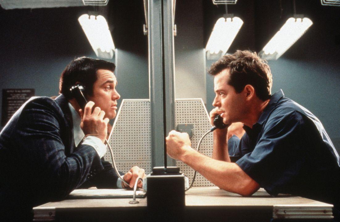Chips (Jim Carrey, l.) kleine Scherze bringen Steven (Matthew Broderick, r.) ins Gefängnis. Doch als es darum geht, wieder rauszukommen, mimt Chip... - Bildquelle: Columbia TriStar