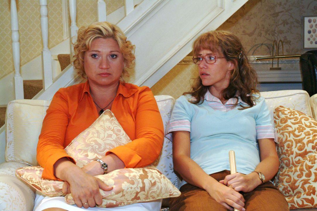 Agnes (Susanne Szell, l.) berichtet der fassungslosen Lisa (Alexandra Neldel, r.) von Richards Verhalten - und von der Kürzung ihrer Stelle als Cate... - Bildquelle: Monika Schürle Sat.1