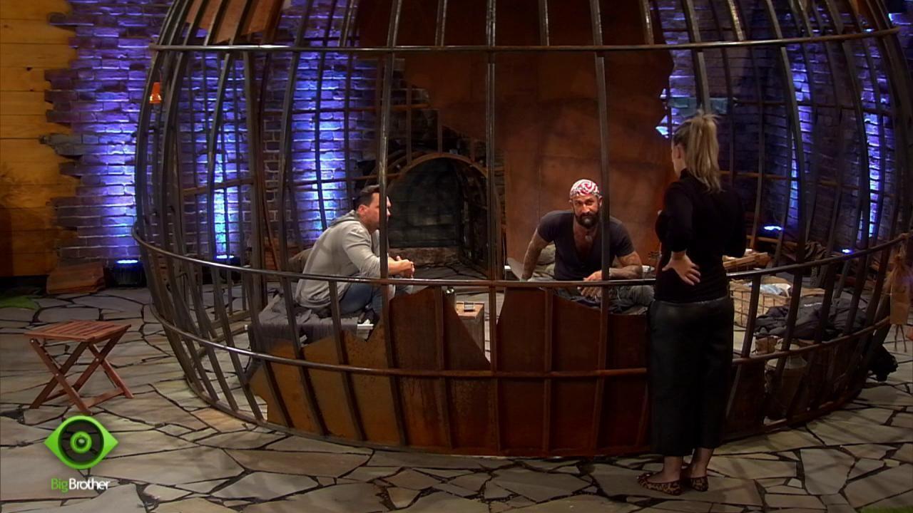 Bianca und HC klären Guido über die Verhältnisse im Haus auf - Bildquelle: sixx