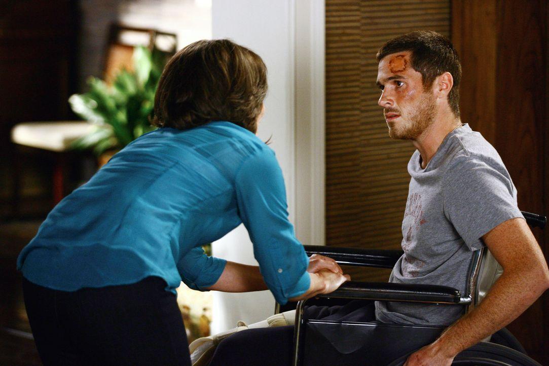 Justin Walker (Dave Annable, r.) hat es im Irak schwer erwischt. Nora (Sally Field, l.) macht sich große Sorgen um ihn. - Bildquelle: Disney - ABC International Television