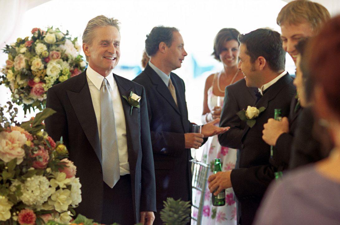 Durch seinen Job als CIA Agent bringt Steve (Michael Douglas, l.) die Feierlichkeiten gehörig durcheinander ... - Bildquelle: Warner Bros.