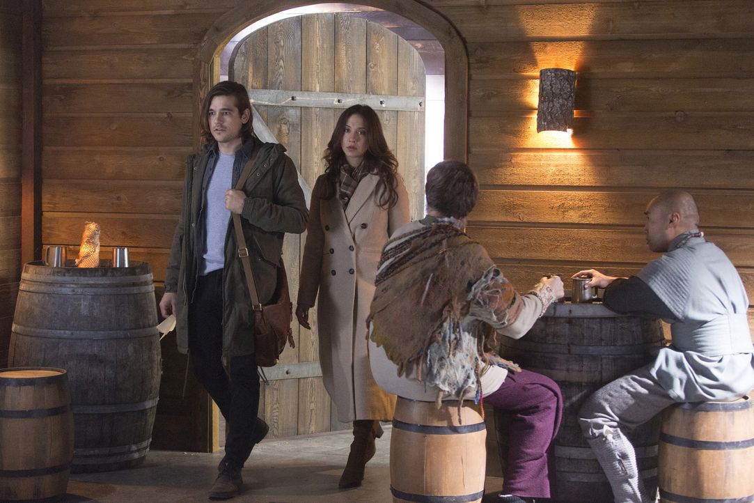 Als Quentin (Jason Ralph, l.) und Julia (Stella Maeve, 2.v.l.) in Fillory ankommen, erleben sie das wunderschöne und farbenfrohe Land, dass sie aus... - Bildquelle: 2015 Syfy Media Productions LLC. ALL RIGHTS RESERVED.