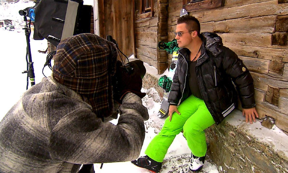 Bei einem professionellen Fotoshooting im Schnee, setzt sich Maikiboy (r.) in Szene ... - Bildquelle: ProSieben