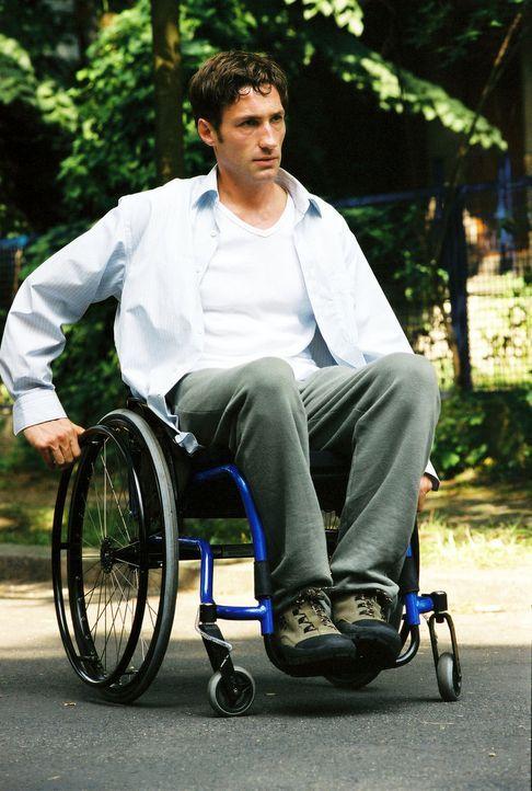 Völlig kopflos fährt Jonathan (Benjamin Sadler) in seinem Rollstuhl durch die Gegend. - Bildquelle: Susan Skelton Sat.1