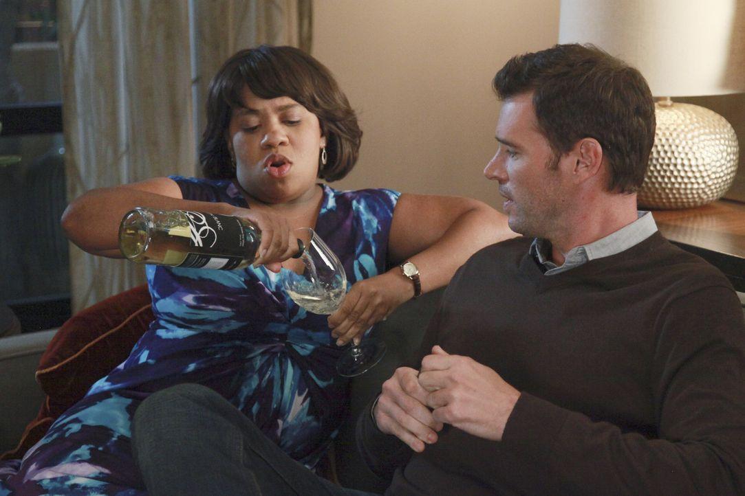 Während sich Meredith und Derek Sorgen über Zola machen, genießen Henry (Scott Foley, r.) und trifft Bailey (Chandra Wilson, l.) die Dinner-Party... - Bildquelle: ABC Studios