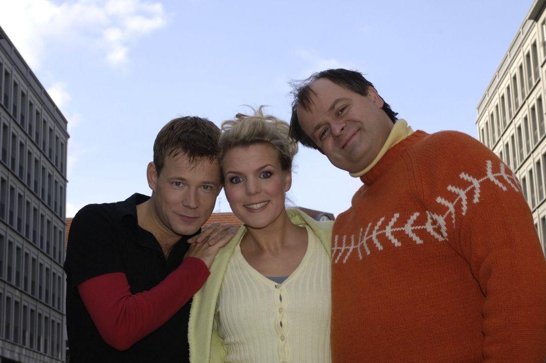 Comedian Mathias Schlung (l.) ist in die Comedy-WG zu Mirja Boes (M.) und Markus Majowski (r.) gezogen. - Bildquelle: Max Kohr Sat.1
