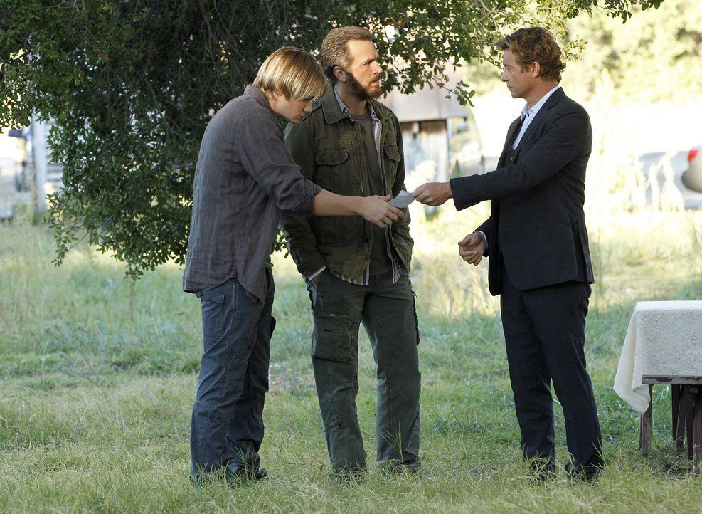 Bei den Ermittlungen in einem neuen Fall, stößt Patrick (Simon Baker, r.) auf Carson (Paul David Story, l.) und Matthew Gold (Troy Ruptash, M.). D... - Bildquelle: Warner Bros. Television