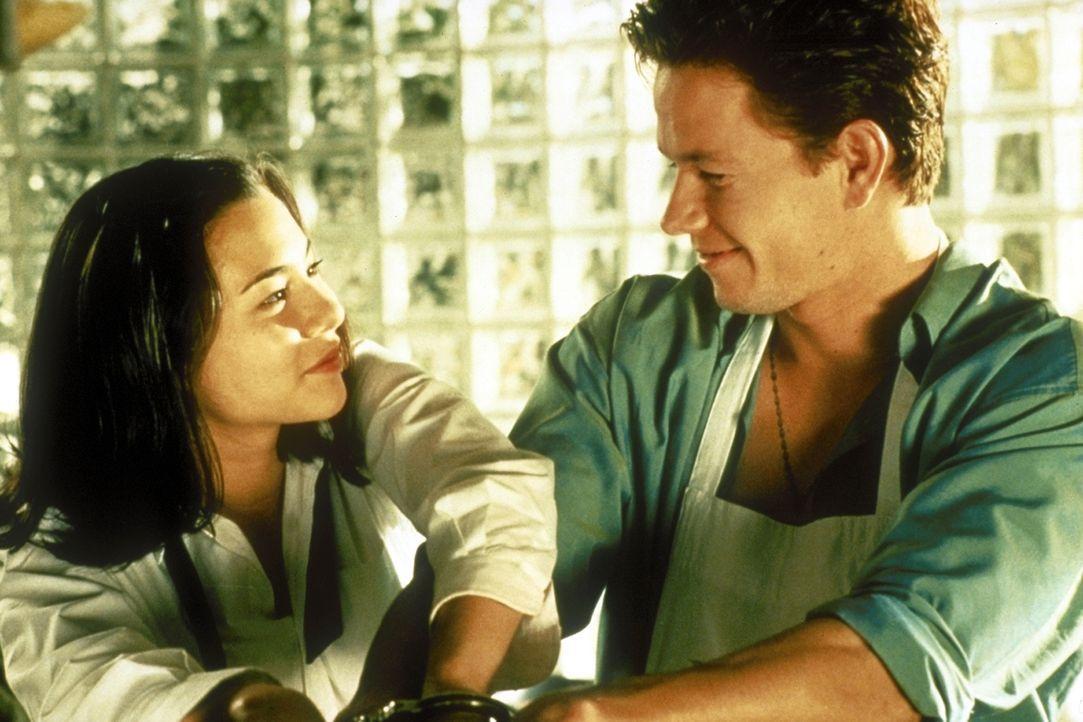 Obwohl ihr Onkel ihm ein Killerkommando auf den Hals hetzt, verliebt sich der sympathische Profikiller Mel (Mark Wahlberg, r.) in das Entführungsopf... - Bildquelle: Columbia Pictures