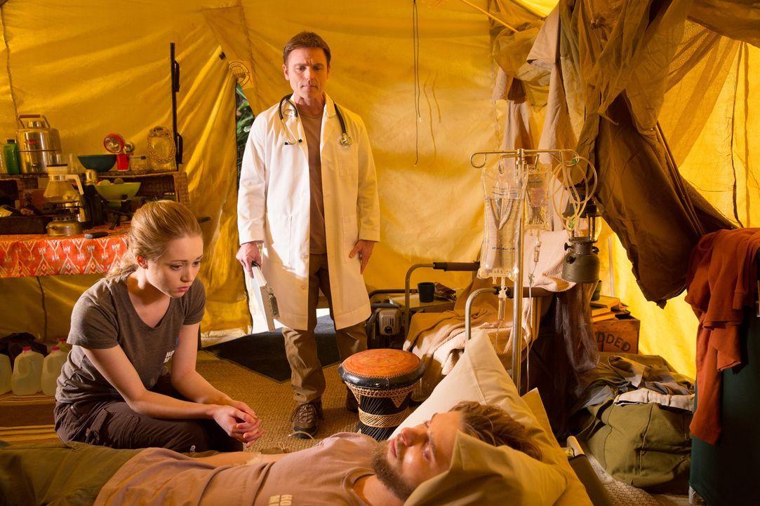 Während Heather (Autumn Dial, l.) und Dr. Gold (Jeff Rose, M.) im Kongo um Remis (Drew Van Acker, r.) Leben kämpfen, trifft Valentina in LA eine übe... - Bildquelle: 2014 ABC Studios
