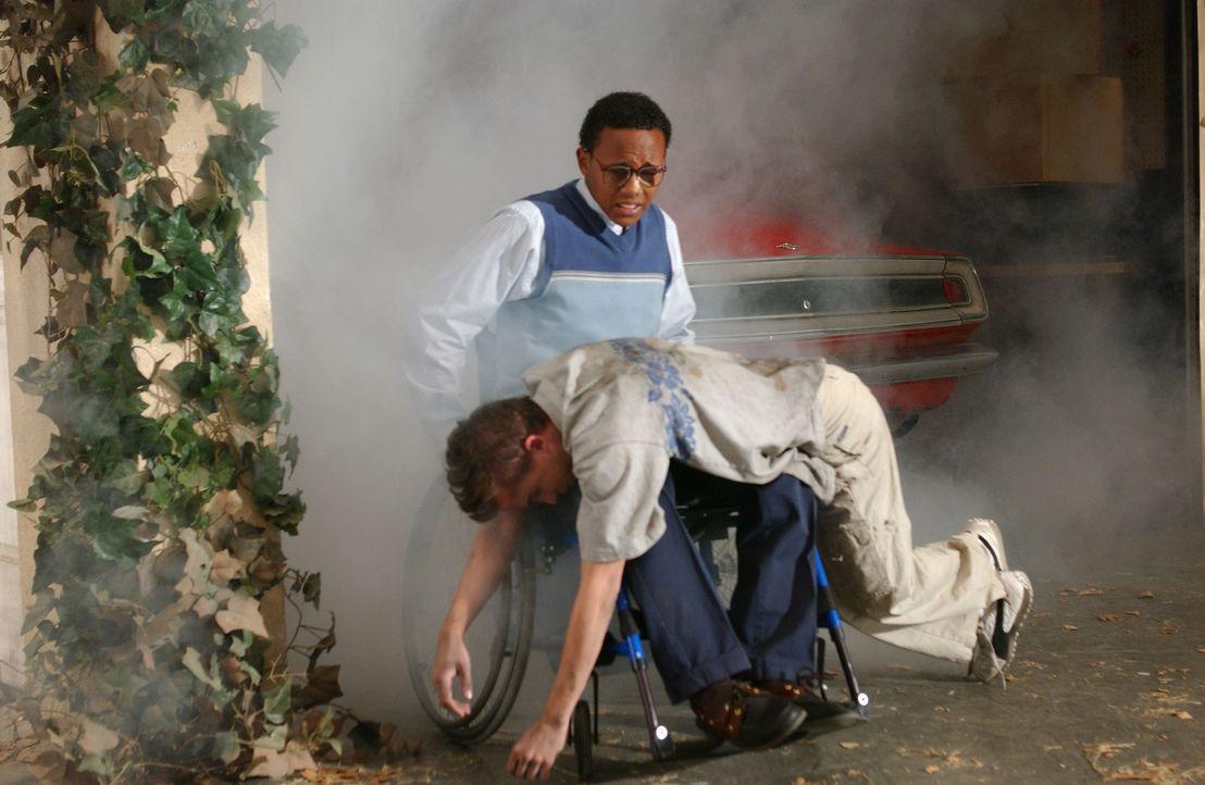 Guter Freund: Stevie (Craig Lamar Traylor, oben) rettet Malcolm (Frankie Muniz, unten) aus seinem neuen Auto ... - Bildquelle: TM &   2005 - 2006 Twentieth Century Fox Film Corporation and Regency Entertainment (USA), Inc.