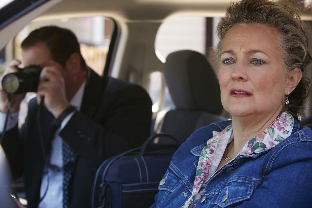 Die Privatdetektive Steve Rambam (l.) und Carla Edwards (r.) beschatten auf der Suche nach der verschwundenen Cheerleaderin Reese (16) das Haus eine... - Bildquelle: Ian Watson Cineflix 2015