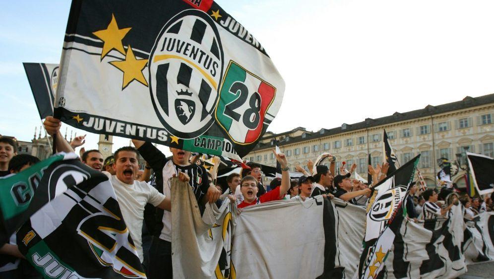 Juventus Fans feiern 2006 den Meistertitel in Turin - Bildquelle: AFPSIDGIUSEPPE CACACE
