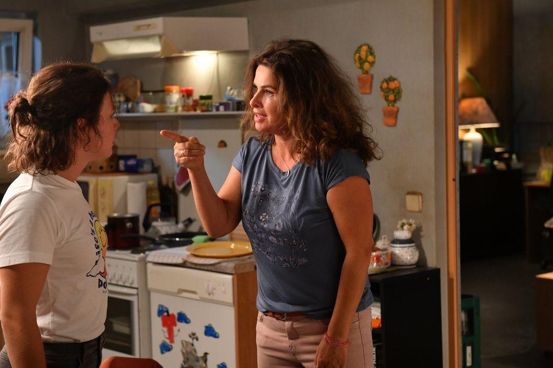 Zwischen Jenni (Anna Mennicken, l.) und ihrer Mutter Elke (Anne Brendler, r.) kommt es zu einem heftigen Streit ... - Bildquelle: Claudius Pflug SAT.1/Claudius Pflug