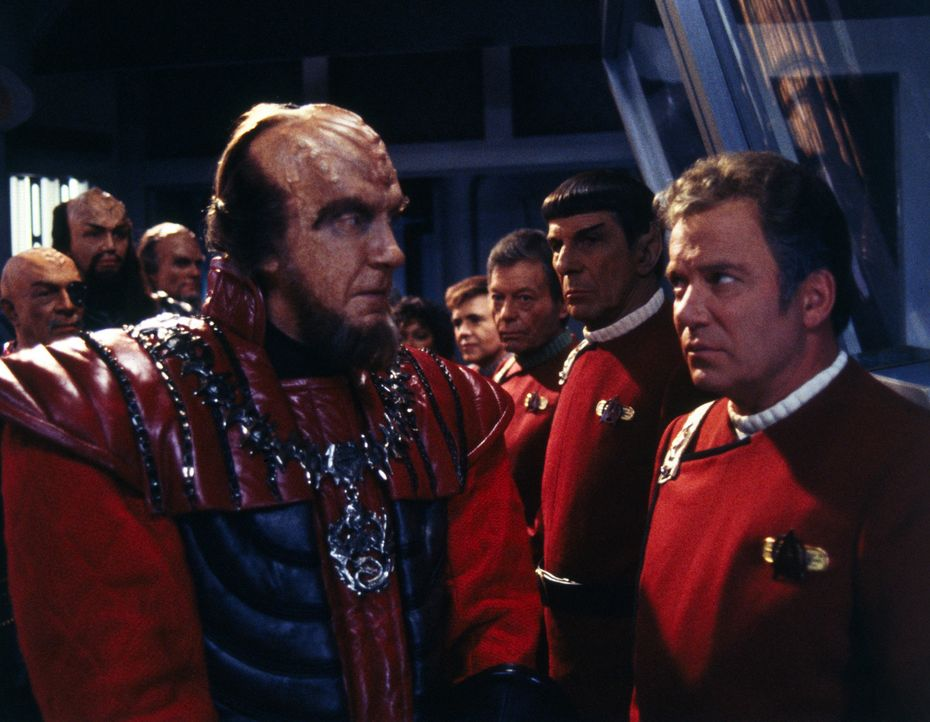 Nach Jahren des kalten Krieges sind die Klingonen zu Friedensverhandlungen mit der Föderation bereit. Captain Kirks (William Shatner, r.) Enterpris... - Bildquelle: Paramount Pictures