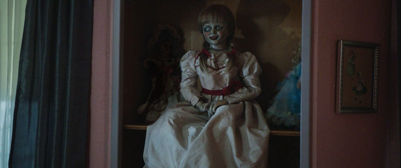 Die Horrorpuppe Annabelle treibt bei John und Mia ihr Unwesen ... - Bildquelle: 2014 Warner Brothers