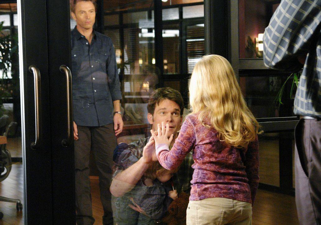 Daron (Matthew John Armstrong, 2.v.l.), seine Tochter (Darcy Rose Byrnes, 2.v.r.) und sein Sohn (Darsteller unbekannt, M.) leiden an Mucoviszidose.... - Bildquelle: ABC Studios