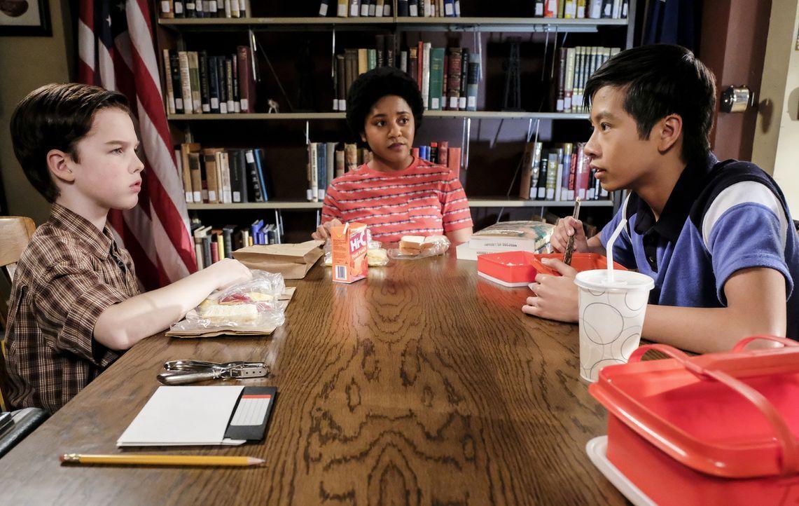 Bildet sich zwischen (v.l.n.r.) Sheldon (Iain Armitag), Libby (Anjelika Washinton) und Tam (Ryan Phuong) eine neue Dreierfreundschaft? - Bildquelle: Warner Bros. Television