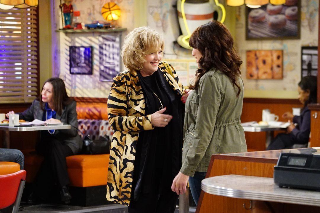 Natürlich freut sich Randy (Katey Sagal, r.) über den Besuch ihrer Mutter Ellen (Brenda Vaccaro, l.), doch insgeheim würde sie sich freuen, wenn sie... - Bildquelle: Sonja Flemming 2017 CBS Broadcasting, Inc. All Rights Reserved