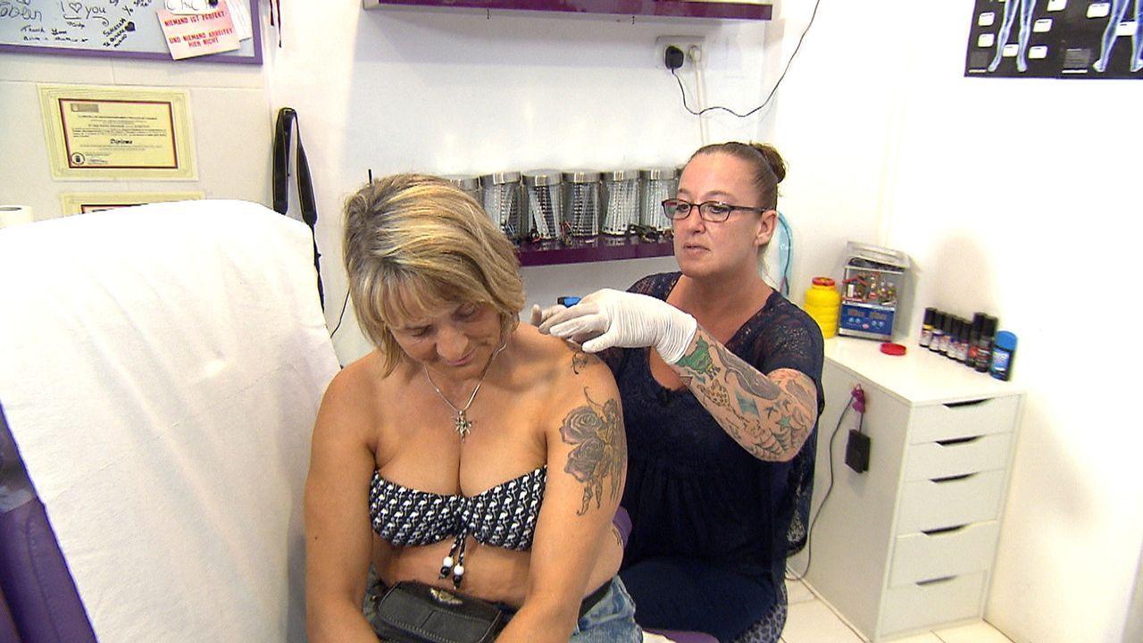 Sie hat es geschafft: Auswanderin Anja (r.) hat auf Gran Canaria ein Tattoo-Studio eröffnet, in dem sie Urlaubern im Akkord Souvenirs verpasst, die... - Bildquelle: kabel eins