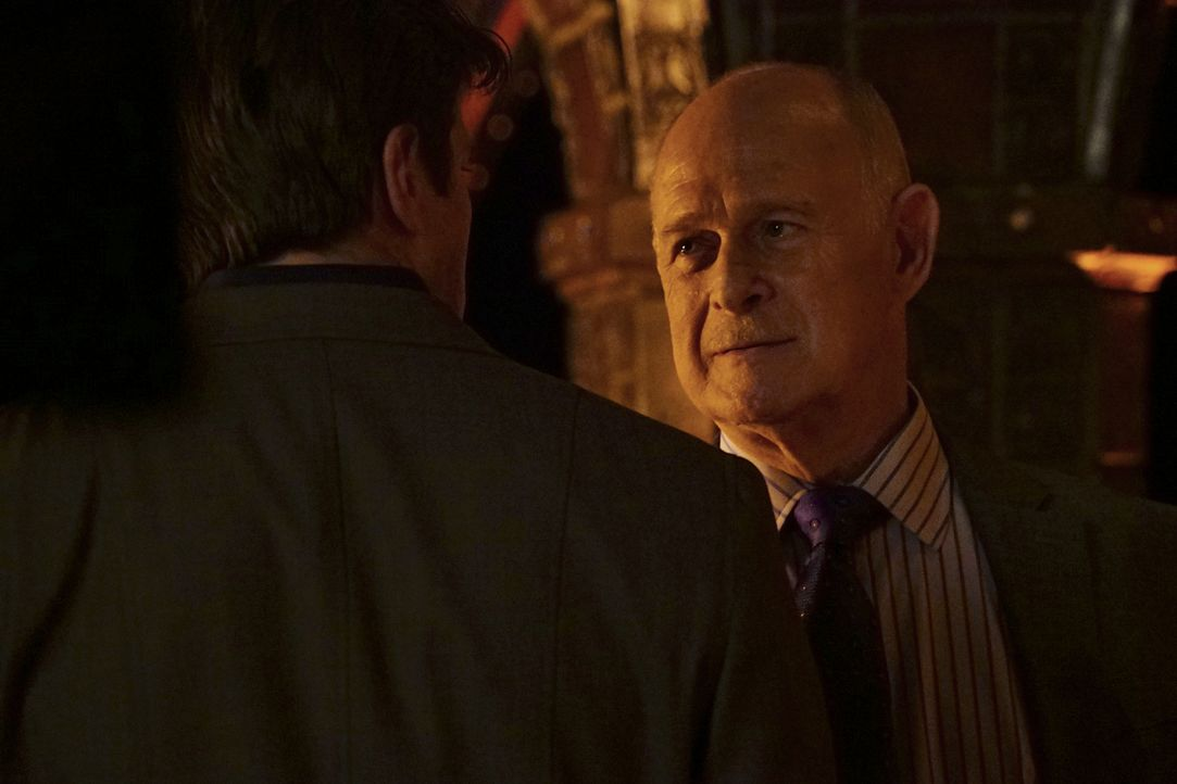 Überraschenderweise bittet Mason Wood (Gerald McRaney, r.) Castle (Nathan Fillion, l.) darum, den Mord an einem Mitglied der Greatest Detective Soci... - Bildquelle: Richard Cartwright 2016 American Broadcasting Companies, Inc. All rights reserved.