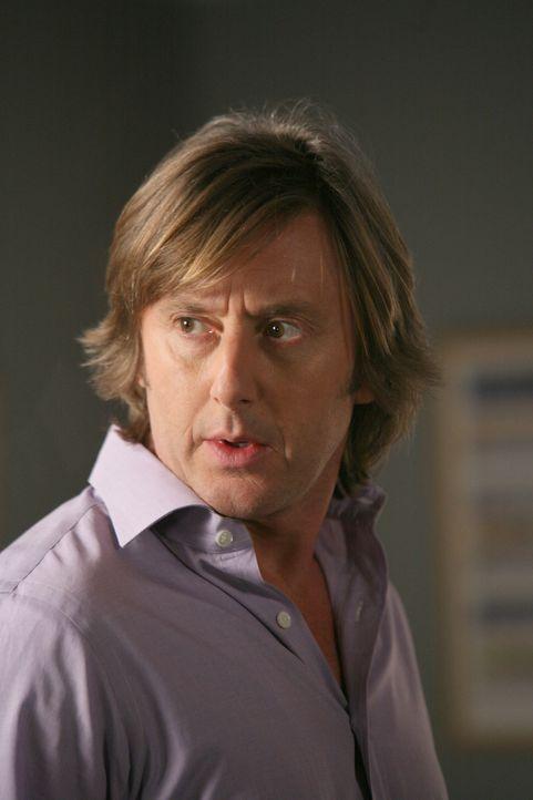 Joe (Jake Weber) ist mehr als verwundert, als plötzlich ein fremder Mann vor ihm steht, der behauptet, Allison zu sein. - Bildquelle: Paramount Network Television