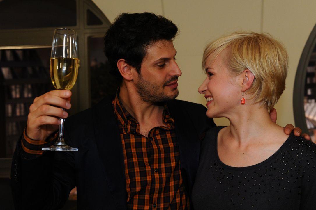 Zu Lucas (Manuel Cortez, l.) Überraschung durchschaut Olivia (Kasia Borek, r.) den Grund für das rasche Festsetzen des Hochzeitstermins: Nina! Als... - Bildquelle: SAT.1