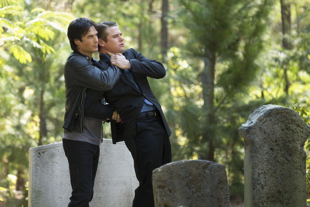 Während Damon (Ian Somerhalder, l.) der Trauerfeier von Tyler einen Besuch abstattet, macht Matt (Zach Roerig, r.) im Nachlass des Werwolfes eine er... - Bildquelle: Warner Bros. Entertainment, Inc.