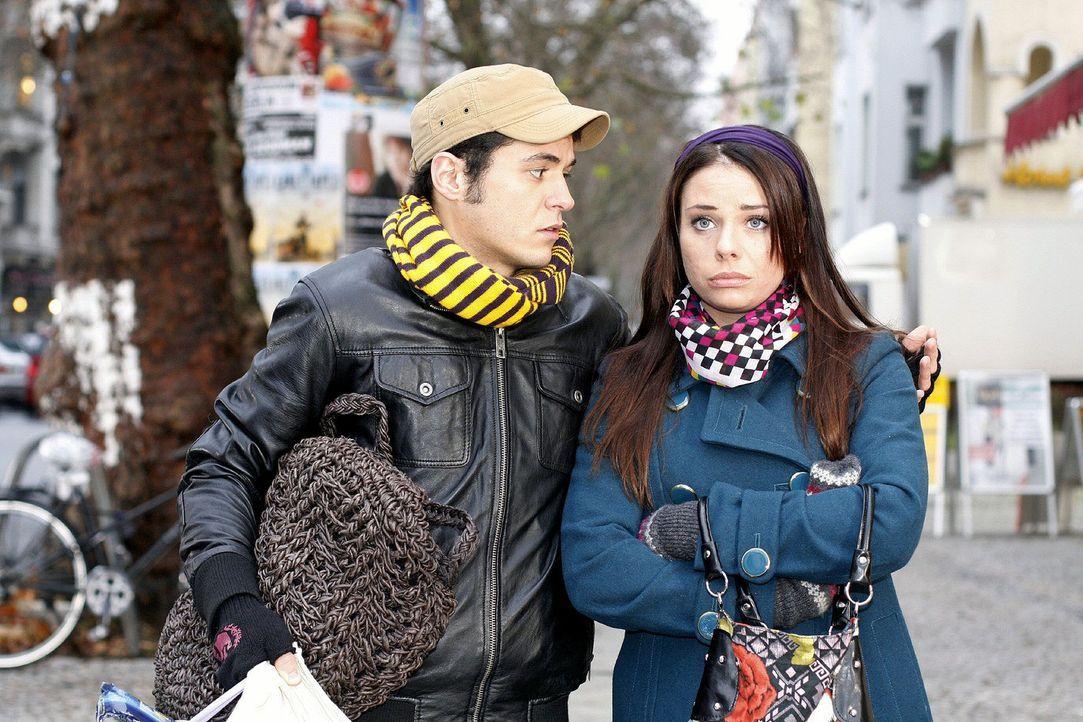 Maik (Sebastian König, l.) versucht Paloma (Maja Maneiro, r.) zu trösten. Wegen des Castings hat Armin ihr den Job gekündigt. Wie soll es nun weiter... - Bildquelle: Noreen Flynn Sat.1