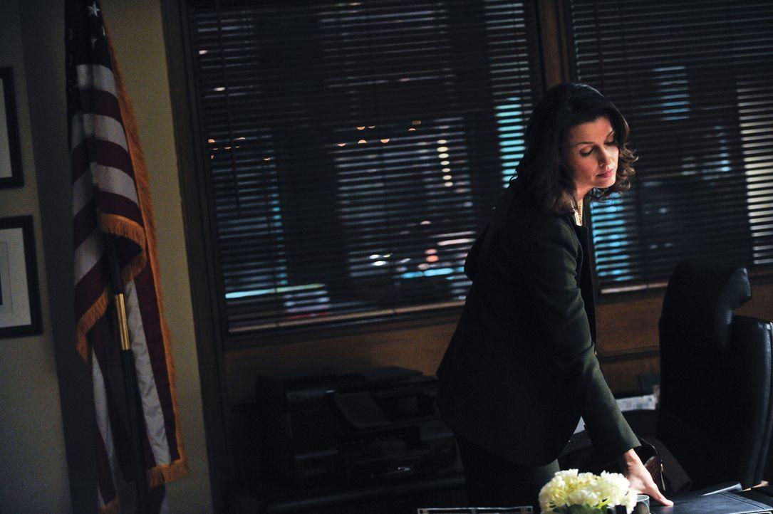 Während Erin (Bridget Moynahan) den Tod eines inhaftierten Verdächtigen untersucht, in den ein Polizist verwickelt ist, muss Frank dafür sorgen, das... - Bildquelle: 2013 CBS Broadcasting Inc. All Rights Reserved.